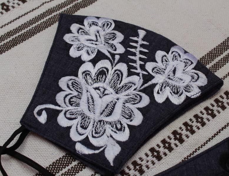 Cubrebocas tricapa de mezclilla con bordado artesanal
