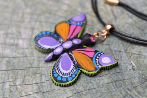 Collar artesanal con dije de mariposa pintado a mano