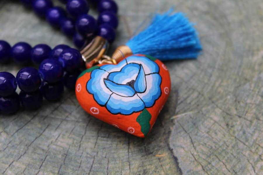 Pulsera artesanal con corazón pintado a mano